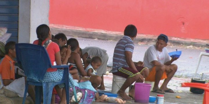 Imagem de venezuelanos na rua em condições adversas