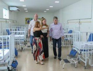 Romero Jucá e Teresa Surita observam leitos no Hospital da Criança em Boa Vista