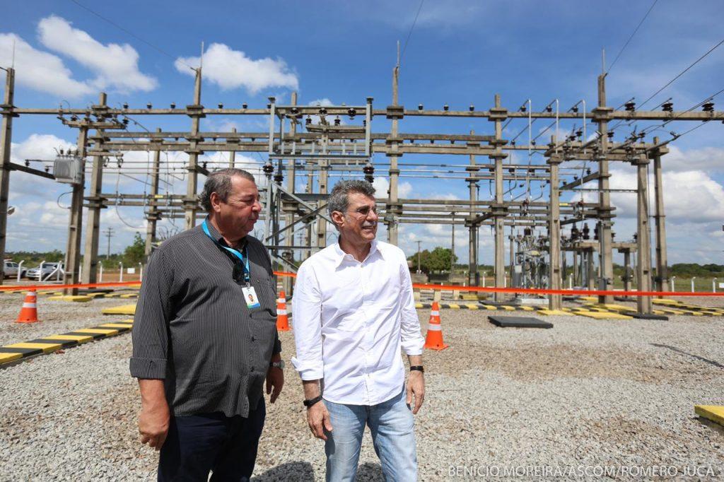Jucá olha torres de parque de energia elétrica em Roraima acompanhando de outro profissional