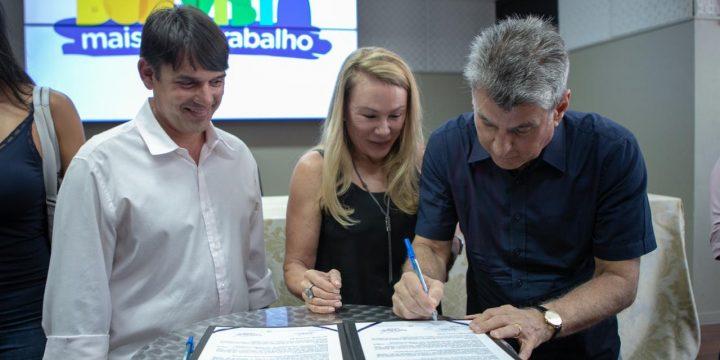 Jucá e Teresa assinando ordem de serviço para obras de infraestrutura