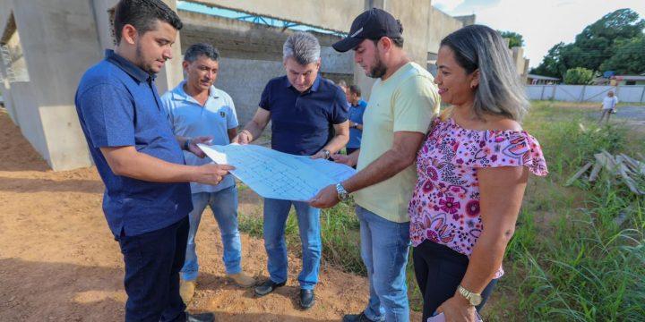 Senador de Roraima, Romero Jucá olha planta de obra em Alto Alegre