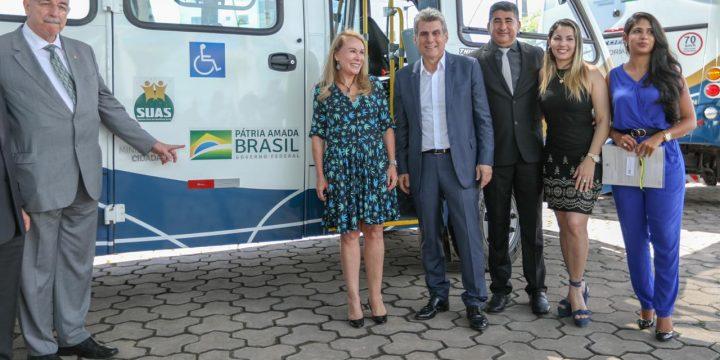 Osmar Terra, Jucá, Teresa Surita, Argilson e esposa dele em entrega do micro-ônibus