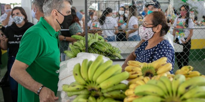 Jucá conversa com feirante na feira de Rorainópolis. Apoio ao produtor ruralá