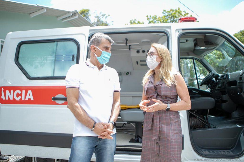 Romero Jucá e Teresa Surita conversam em frente a uma ambulância entregue para a saúde de Boa Vista