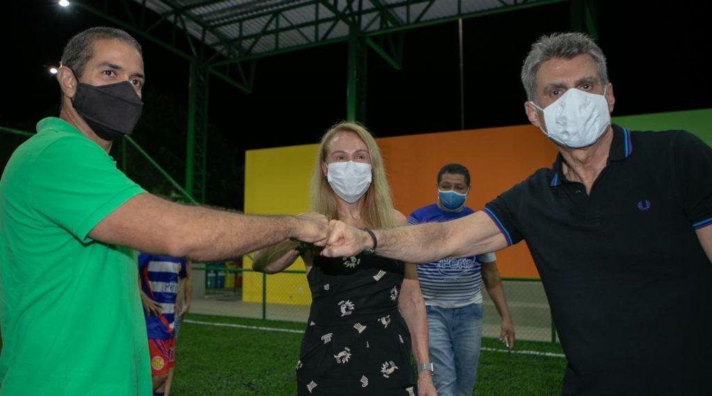 Teresa, Arthur e Jucá em campo de futebol. Cidade do Esporte