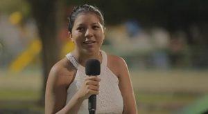 Suzana Santos com microfone na mão na Praça Ayrton Senna em Boa Vista