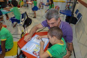 Romero Jucá e criança em sala de aula de Boa Vista