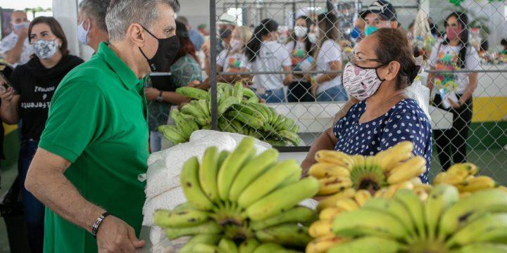 Romero Jucá conversando com feirante. Apoio ao produtor rural