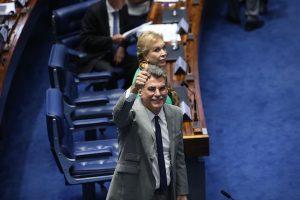 Romero Jucá faz aceno de positivo no plenário do Congresso durante luta para aprovar a Lei do Enquadramento
