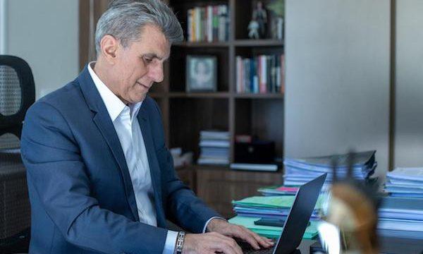 Jucá olhando para computador escreve sobre lei do enquadramento