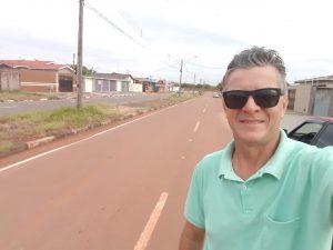 Ovídio em selfie na rua que ele mora em Boa Vista. Via está asfaltada
