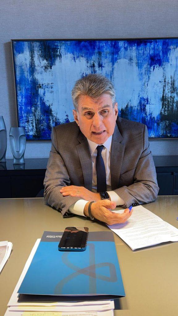 Jucá de blazer sentado na mesa falando sobre a lei do enquadramento