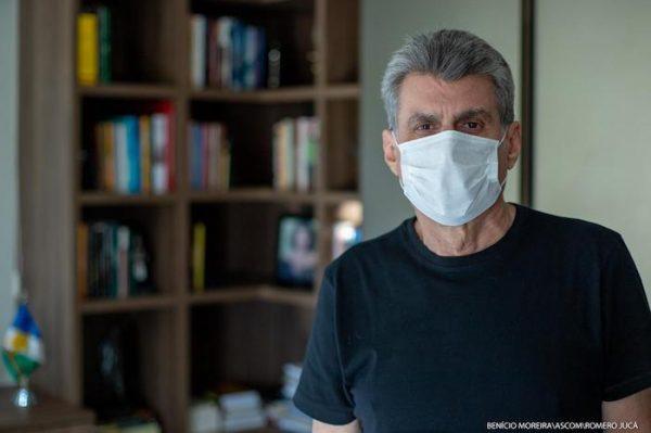 Romero Jucá, ex-senador de Roraima, usa blusa preta e máscara branca para falar sobre a prevenção ao coronavírus/