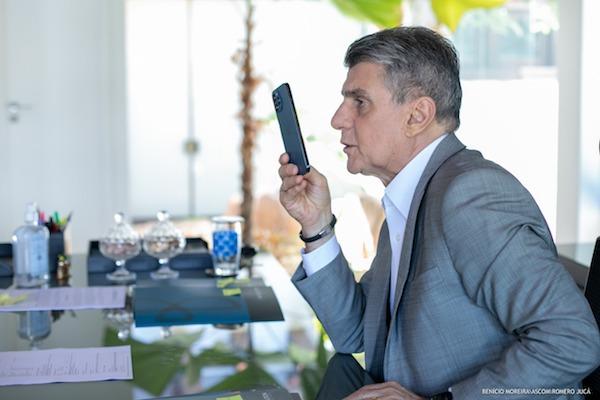 Romero Jucá, ex-senador de Roraima, com celular na mão fala em entrevista para rádio, sobre a obra do Linhão de Tucuruí que resolve a questão da energia em Roraima.