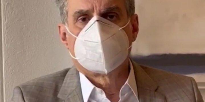 Jucá usando máscara pergunta cadê a vacina?