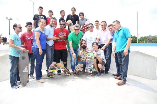 Em apoio à juventude, Romero Jucá está na pista de skate rodeado de moradores de Rorainópolis na reinauguração da praça do grêmio
