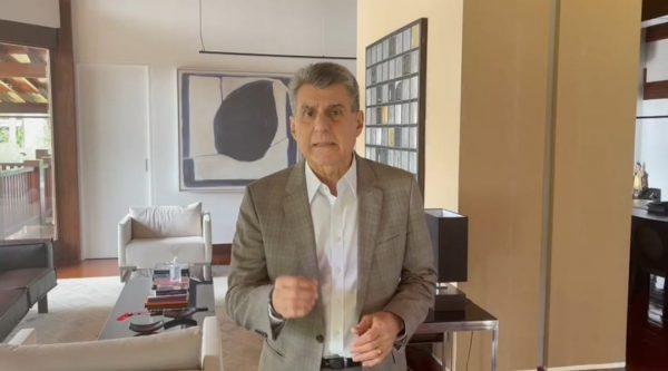 Romero Jucá, de blazer em escritório, diz que valor do auxílio emergencial não atende necessidades da população e critica a PEC Emergencial