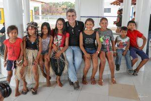 Romero Jucá no meio das crianças em escola antes da pandemia