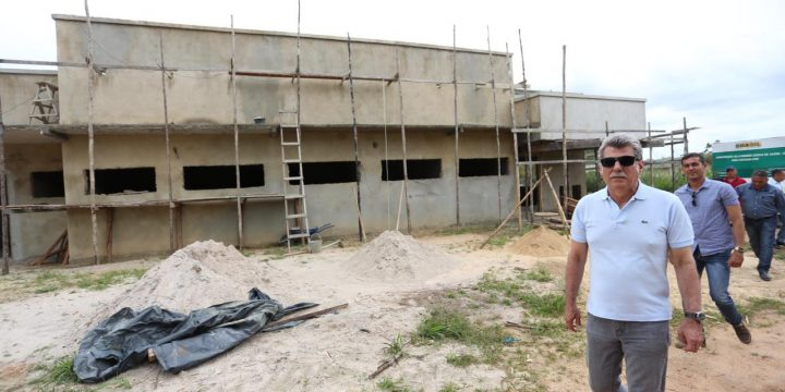 Romero Jucá em visita a obra da saúde indígena em São Luiz