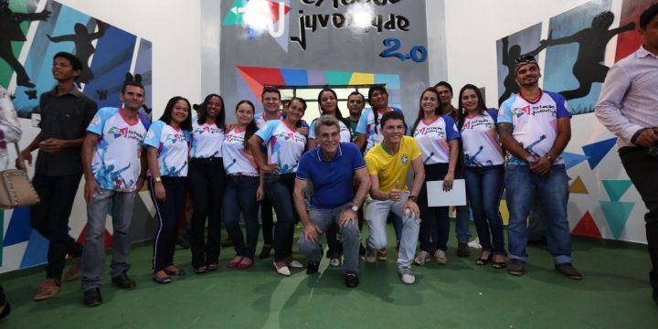 Romero Jucá rodeado de outras pessoas na inauguração da Estação da Juventude em Rorainópolis. Foto de 2018