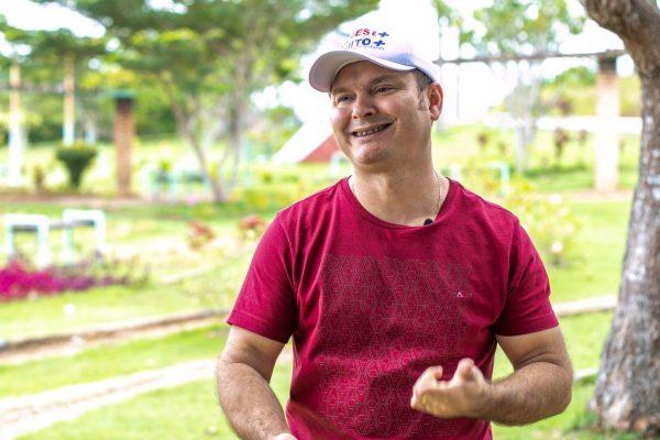 James Batista sentado em Praça de camisa cor de vinho diz que parceria com senador das estradas Jucá faz uma São Luiz Melhor