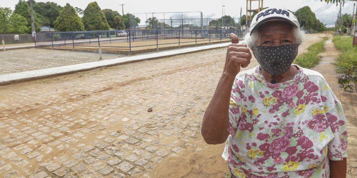 Ilca Ferreira faz sinal de positivo em frente da praça que está sendo construída. São 66 anos de Caracaraí comemorados no dia 27 de maio