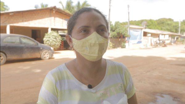 Patrícia da Silva com camisa amarela e branca, além de uma máscara amarela
