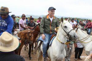 Romero Jucá e indígenas andando de cavalo