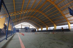 Imagem da quadra esportiva novinha em escola