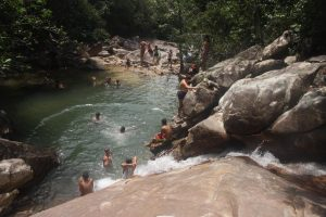 Pessoas em cachoeira do Tepequém antes da pandemia