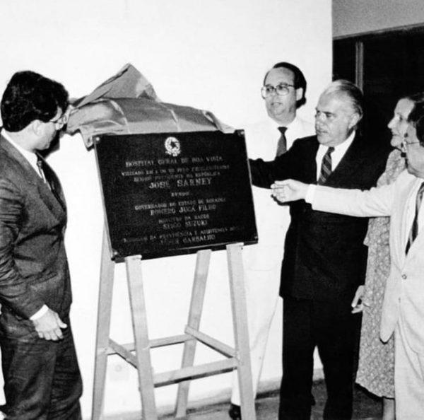 Romero Jucá e José Sarney mostrando a placa de inauguração do HGR