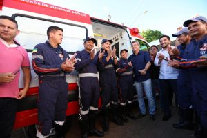 Romero Jucá no meio das pessoas, antes da pandemia, durante entrega de ambulâncias para Alto Alegre