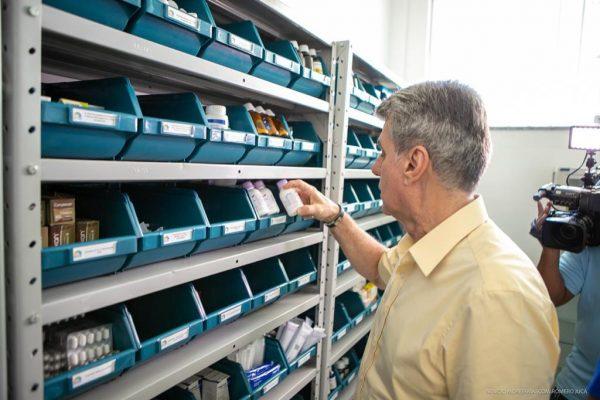Romero Jucá olha remédios na farmácia de uma Unidade de Saúde em Boa Vista