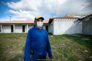 Em Bonfim, a obra do Parque de Exposição gera renda. O carpinteiro Sudário trabalha na ampliação do Parque de Exposição de Bonfim.