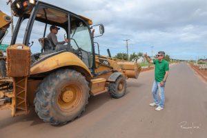 Em Bonfim, Jucá ajuda a melhorar as ruas e gerar empregos