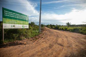 Imagem da placa da obra de recuperação das vicinais 14 e 18 de São Luiz