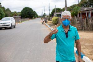 Milton de Oliveira faz sinal de positivo e mostra mais infraestrutura na rua