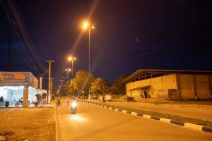 Imagem de rua iluminada