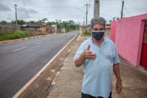 Levi de Oliveira faz sinal de positivo em frente da rua