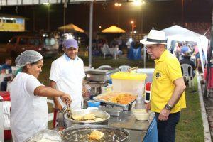 Jucá, como senador em São Luiz, aguarda o lanche sendo preparado por uma cozinheira no Parque de Exposições