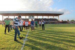 Romero Jucá fazendo embaixadinhas em Estádio de Caracaraí