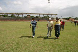 Romero Jucá e outras pessoas andando em campo da Vila Olímpica