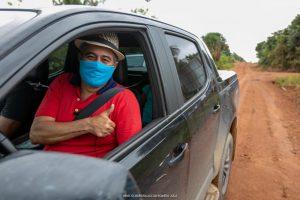 Antônio Leitão faz sinal de positivo dentro do carro na Vicinal 3