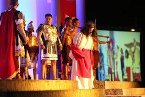 Vários atores caracterizados encenando a Paixão de Cristo