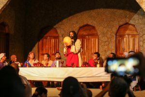 Atores interpretando Jesus Cristo e os apóstolos na Santa Ceia