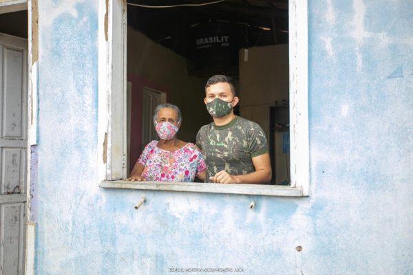 David Gomes na janela de casa com a avó