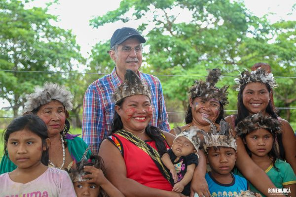 Foto do Romero Jucá com indígenas
