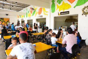 Imagem de pessoas comendo na praça de alimentação do Mercado de São Francisco, em Boa Vista