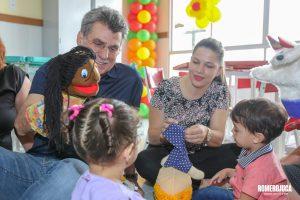 Romero Jucá brinca e segura um fantoche, mostrando para crianças. Imagem mostra o cuidado com as crianças que o senador tem