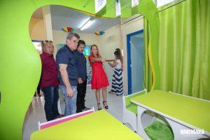 Romero Jucá e Teresa Surita olham tunel lúdico da creche proinfância de Boa Vista, Roraima